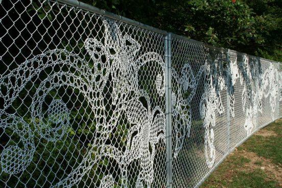 Забор из сетки рабицы с цветочными узорами