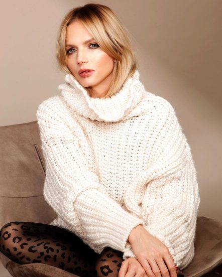 Юлия Михальчик в белом свитере