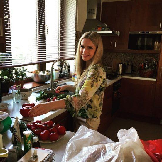 Юлия Михальчик на кухне