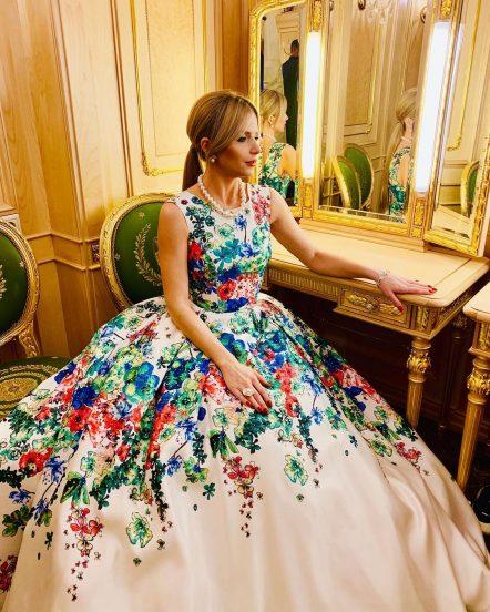 Юлия Михальчик у зеркала в платье