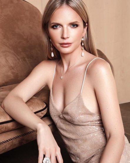 Юлия Михальчик оперлась на диван