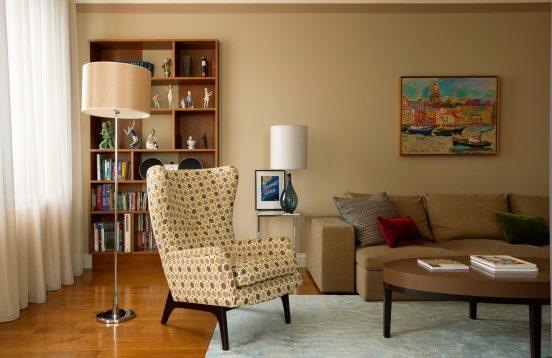 Кресло в советском стиле в современном интерьере