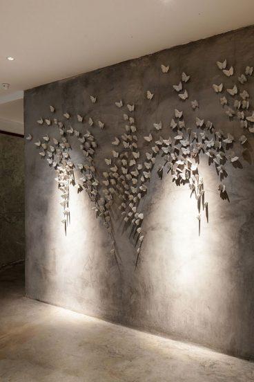 Стена, украшенная бабочками