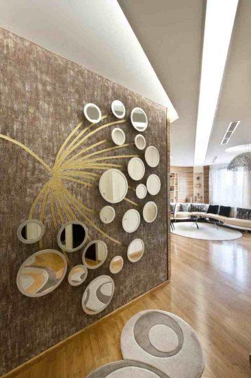 Декор стены круглыми зеркалами