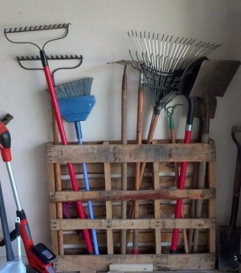 как хранить садовый инвентарь в сарае