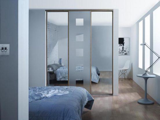 Шкаф с зеркальными створками в спальне