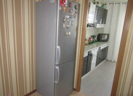 как спрятать холодильник