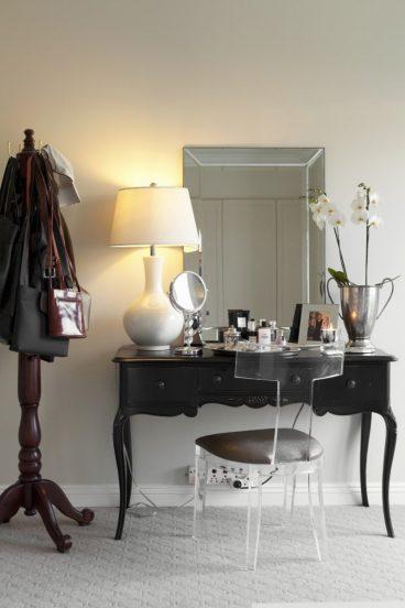 Туалетный столик, зеркало и стул