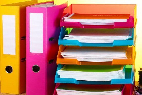 Стеллаж и папки для хранения канцелярии
