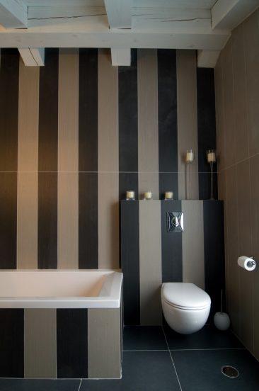 Ванная с вертикальными полосами