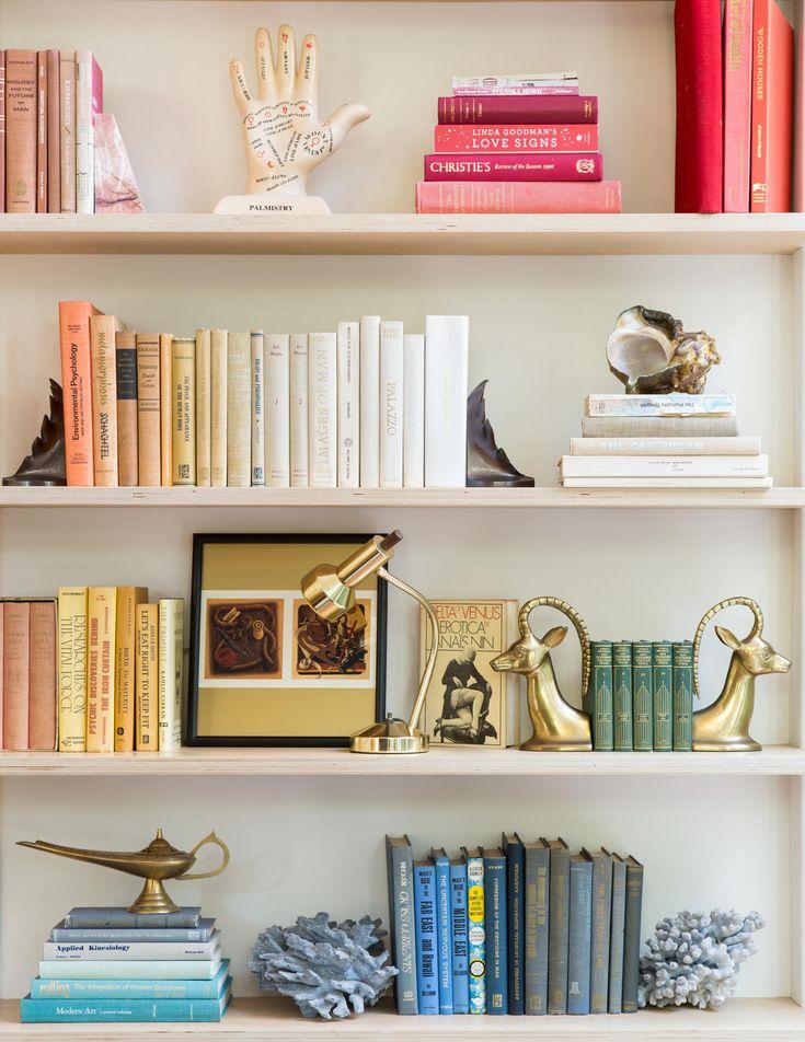 как креативно расположить книги на полках фото вот