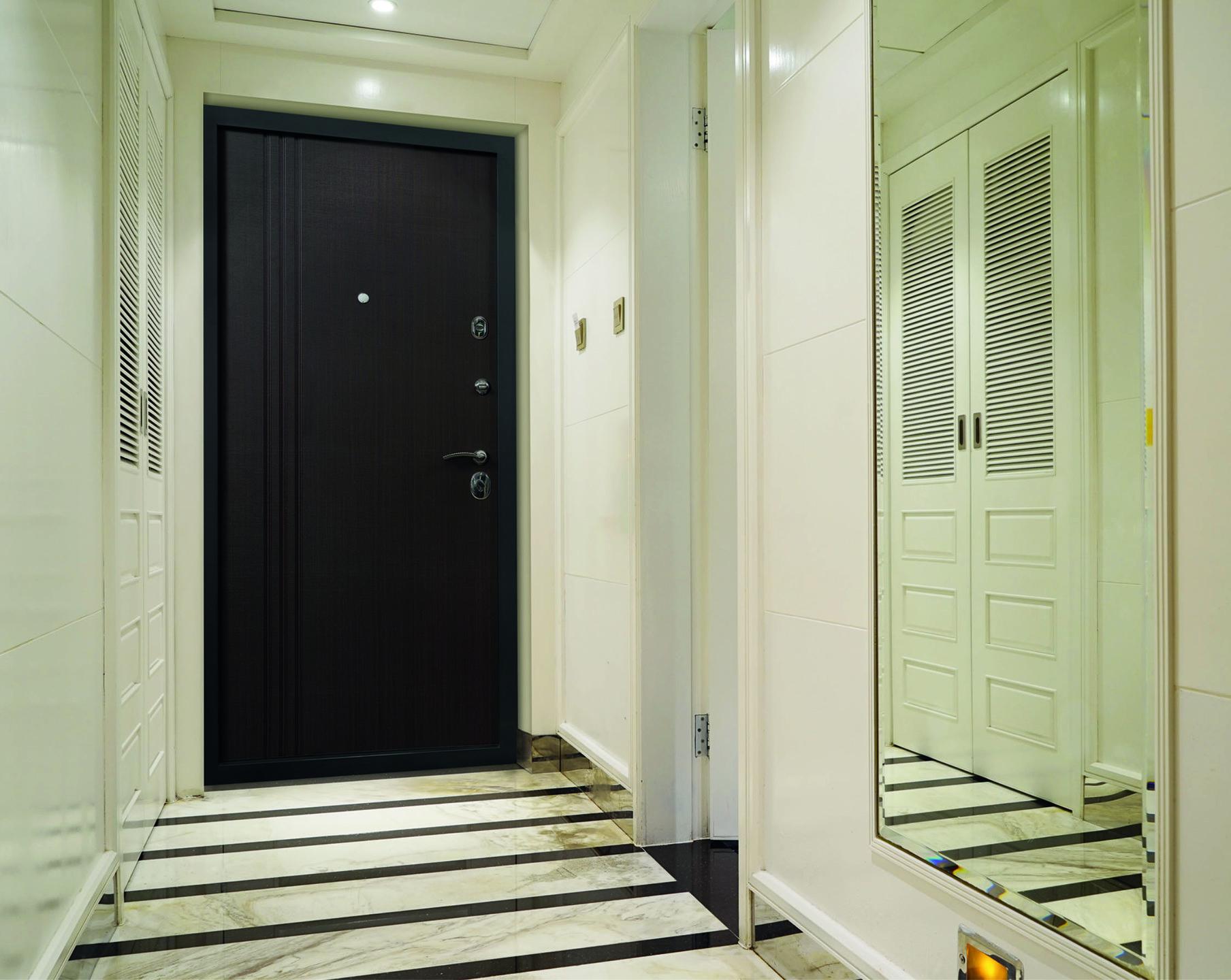фото квартир с белой входной дверью строительстве