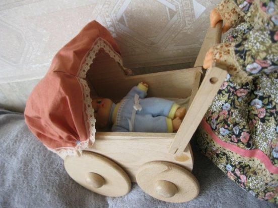 Кукла-пупс в деревянной коляске