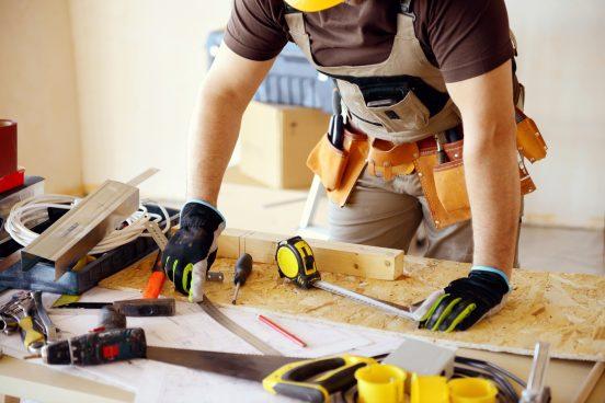 Человек с инструментами для деревообработки