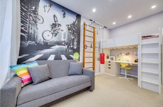 Комната в серо-белых тонах со спортивным инвентарём