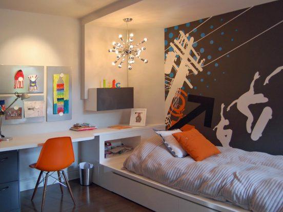 Небольшая комната в тёплых тонах