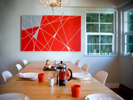 Яркая абстрактная картина в столовой