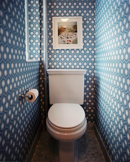 Отделка туалета при помощи обоев