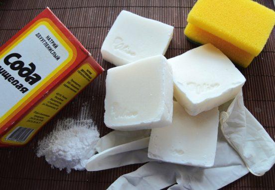 Пачка соды, губка, хозяйственные перчатки