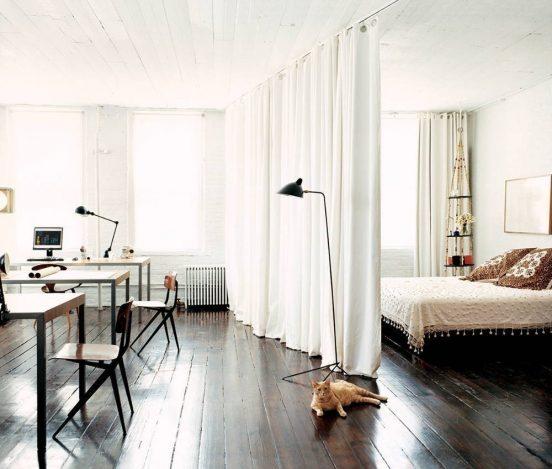 Разделение комнаты при помощи шторы