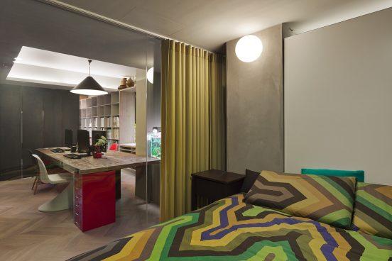 Однотонная штора для зонирования в гостиной