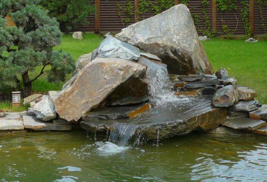 Водопад с большими камнями
