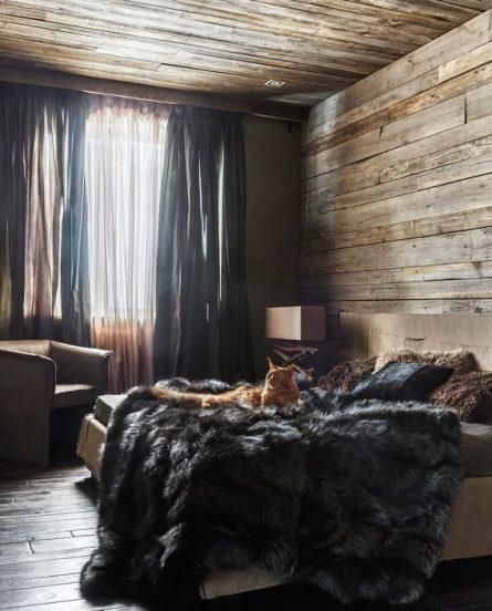 Амбарные доски в комнате