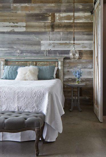 Амбарные доски у изголовья кровати