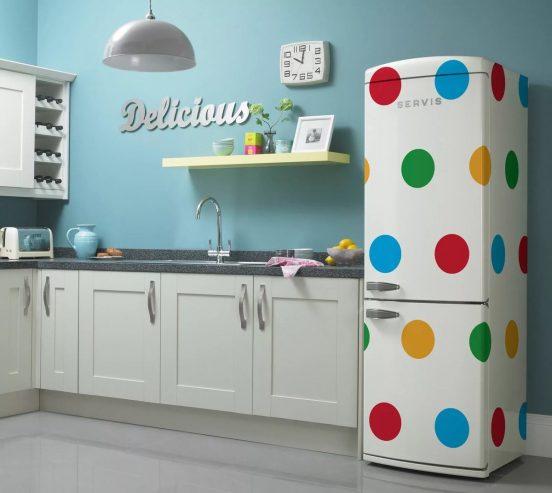 Холодильник в горошек на белой кухне