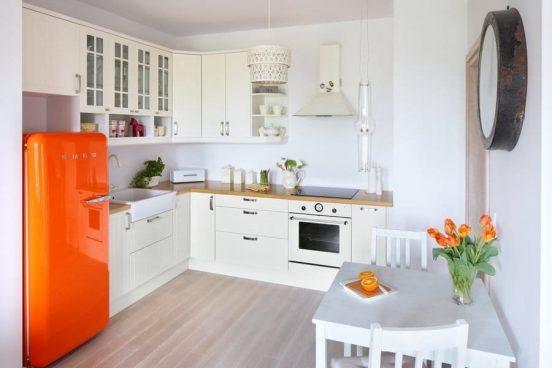 Оранжевый холодильник на белой кухне