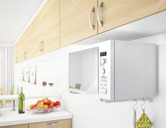 Микроволновая печь на маленькой кухне