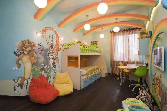 Потолок в цветах радуги
