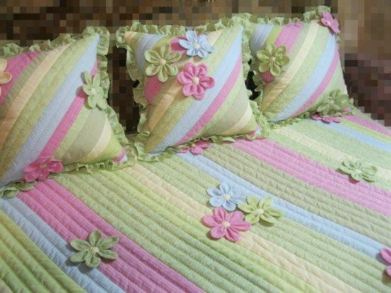 Три подушки на кровати