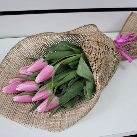 Тюльпаны в упаковке из мешковины