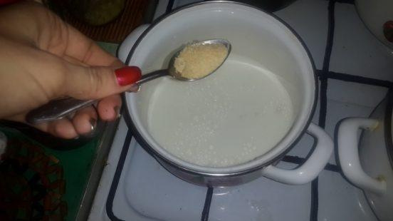 Добавляют желатин в кастрюлю с водой
