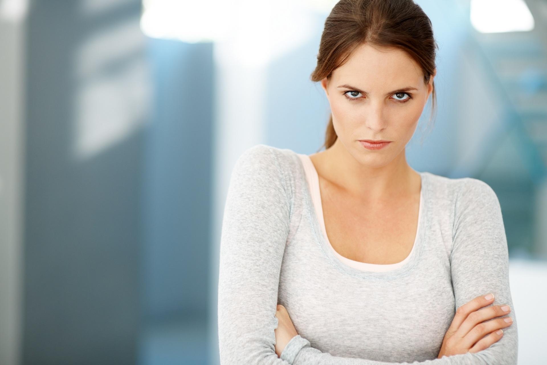Картинка рассерженной девушки