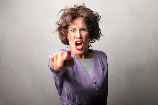 Женщина кричит