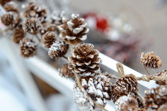 Гирлянда из шишек, декорированная искусственным снегом