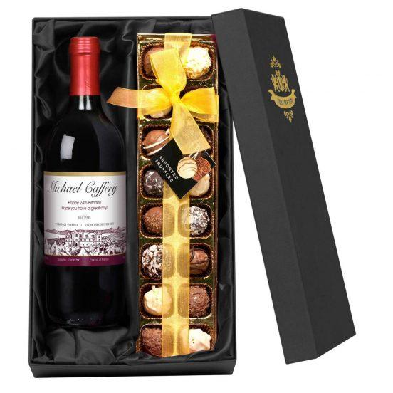 Коробка с бутылкой вина и конфетами
