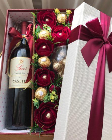 Подарочная коробка с вином и конфетами