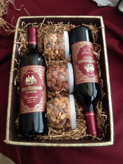 Коробка с вином и орехами