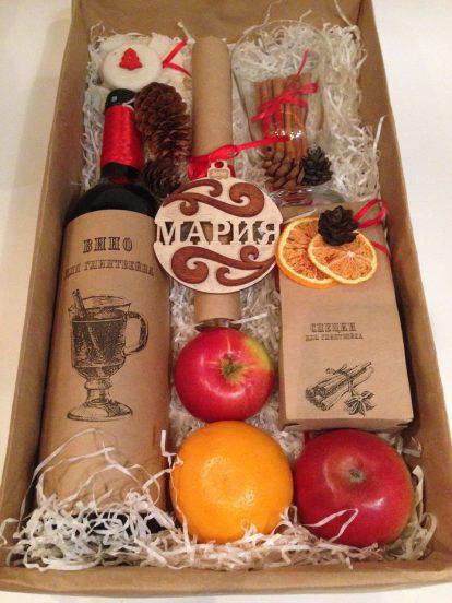 Коробка с бутылкой вина и фруктами