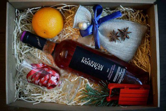 Подарочная коробка с бутылкой вина