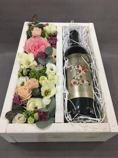 Подарочный набор с бутылкой вина и цветами