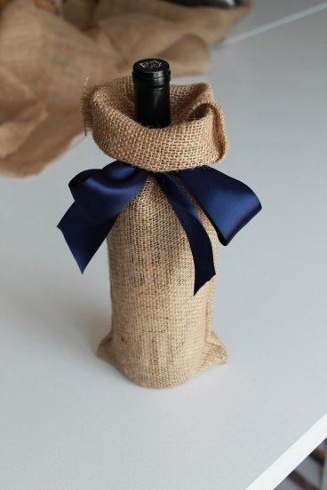 Бутылка вина в подарочной упаковке с лентой