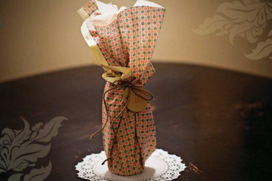 Бутылка вина в подарочной обёртке