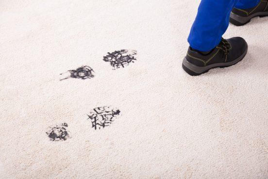 Грязные следы на ковре