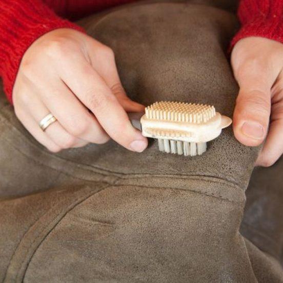 Замшевую куртку можно почистить специальной щёткой
