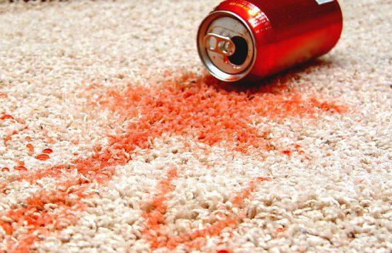 разлитый напиток на ковре