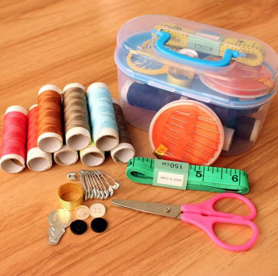 Швейные принадлежности в контейнере